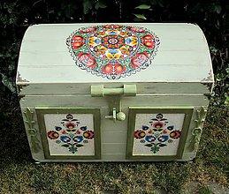Nábytok - Veľká ľudová truhlica s ornamentami - 8525109_