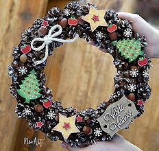 Dekorácie - Prírodný šiškový vianočný veniec stromčeky a hviezdy - 8524791_
