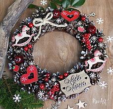 Dekorácie - Prírodný šiškový vianočný veniec koníky a srdiečka - 8525586_