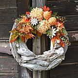 Dekorácie - Jesenný venček na drevenom podklade - 8524519_