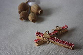Darčeky pre svadobčanov - Drevený štipček - červený folk - 8527198_