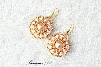 Náušnice - Medeno-biele náušnice s perlami a pozláteným háčikom - 8529652_