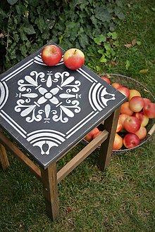 Nábytok - Vintage stolík v čiernej farbe s bielym ornamentom - 8528857_