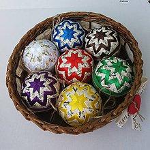 Dekorácie - Pestrofarebné vianočné gule v košíčku - 8530225_
