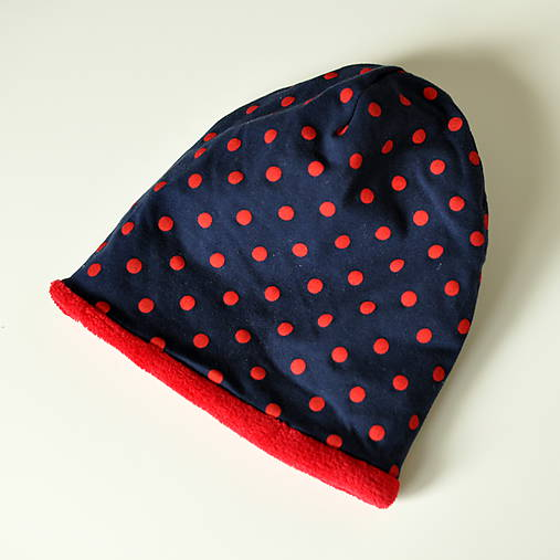 detská čiapka oteplená červené bodky