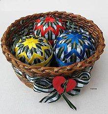 Dekorácie - Pestrofarebné vianočné gule v košíčku - 8534870_