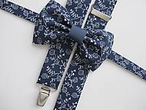 Doplnky - Pánsky motýlik a traky- kvetinový  set v modrom - 8536036_