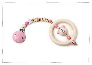 Hračky - Drevený prívesok na detský kočík s hrkálkou - 8534336_