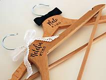 Nábytok - Svadobné vešiaky s gravírovaným menom - 8536803_