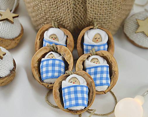 Dekorácie - Vianočné oriešky s bábätkom, károvaná, modrá stuha - 8538108_