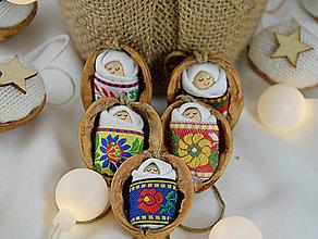 Dekorácie - Sada vianočných orieškov s bábätkom, folk rôzne stuhy - 8537660_