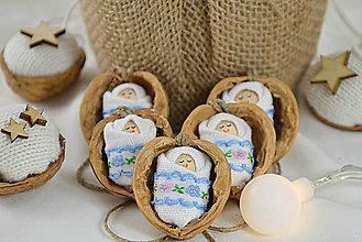 Dekorácie - Vianočné oriešky s bábätkom, vyšívaná stuha bledomodrá - 8537776_