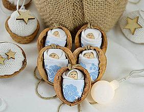Dekorácie - Vianočné oriešky s bábätkom, bledomodrá folk stuha - 8537996_