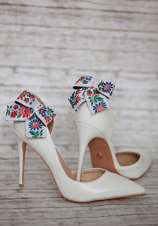 Folk klipy na topánky biele - mašličky