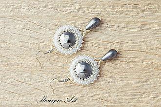 Náušnice - Náušnice so skleneným kabošonom a perlou (Strieborno-biele) - 8542892_