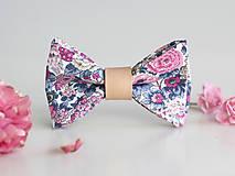 Doplnky - Pánsky štýlový kvetinový motýlik s koženým remienkom - 8544643_
