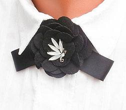 Odznaky/Brošne - Čierna mašľa s belasým štrasovým kamienkom - brošňa - 8543544_