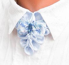 Náhrdelníky - Elegancia a la Chanel - belasý náhrdelník s mašličkou a ozdobným kamienkom - 8547130_