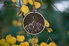 """Dekorácie - Vyšívaný kruh """"Slnečné horisko"""", 13,5 cm - 8553042_"""