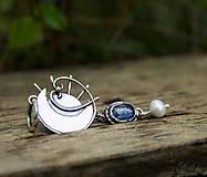 Náhrdelníky - V objatí - strieborný prívesok s kyanitom a perlou - 8559067_
