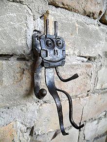 Nábytok - Kovaný vešiak - chrobák alebo robot? - 8564113_