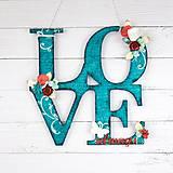 Nápis LOVE always na stenu tyrkysovo - červeno - biely