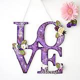 Nápis LOVE always s damaškovým ornamentom vo fialovej farbe so striebornou