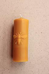 Svietidlá a sviečky - Sviečka z včelieho vosku s ornamentom včely - 8567653_