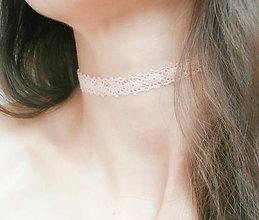 Náhrdelníky - Púdrový úzky paličkovaný čipkový choker - náhrdelník obojok - 8565053_