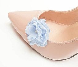Obuv - Belasé (bledomodré, svetlomodré) šifónové kvetinové klipy na topánky s perličkami - 8569501_