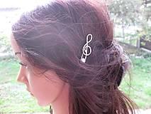 Ozdoby do vlasov - Sponka husľový kľúč biely s perlou - 8573273_