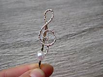 Ozdoby do vlasov - Sponka husľový kľúč biely s perlou - 8573278_