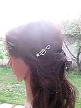 Ozdoby do vlasov - Sponka husľový kľúč biely s perlou - 8573281_