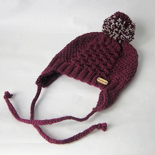 Zľava z 11,90 - Pletená čiapka s brmbolcom baklažánová