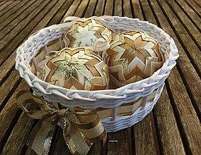 Dekorácie - Zlatisté vianočné gule  (3 guľky v košíčku) - 8583033_