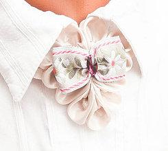Náhrdelníky - Elegancia a la Chanel - ivory (slonovinový) náhrdelník s folklórnou mašľou - 8584803_