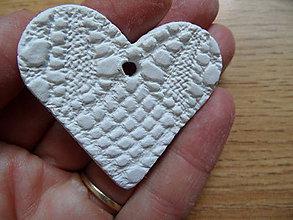 Dekorácie - čipkované srdiečka sušené 4,5cm - 8586767_