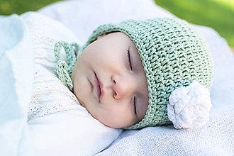 Detské čiapky - Bavlnená ušianka ZELEŇ S BIELYM KVIETKOM - 8590692_