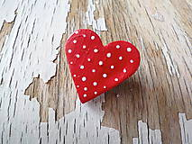bodkovaná brošňa (menšia červená)