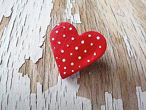 Odznaky/Brošne - bodkovaná brošňa (menšia červená) - 8593558_