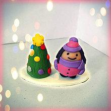 Socha - Farebný vianočný stromček a tučná ženská - 8592910_