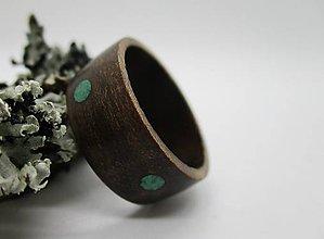 Prstene - Drevený prsteň - Orech s krúžkami malachit - 8603197_
