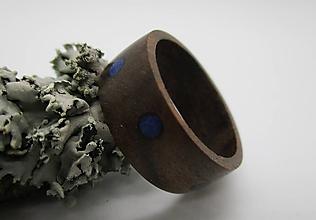 Prstene - Drevený prste- orech s krúžkami Lapis Lazuly - 8603204_