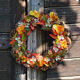 - Jesenný šiškový venček na dvere - 8603255_
