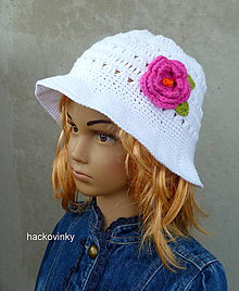 Detské čiapky - Elegantny klobucik biely s cyklamenovym kvetom - 8605700_