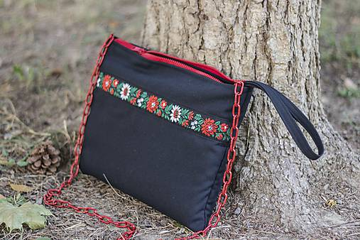 fe56bd4bc2 4. Čierno-červená listová kabelka s ľudovou stužkou a vreckom ...
