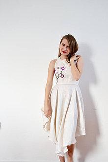 Šaty - Bledé ľanové šaty s fialovými vyšívanými kvietkami - 8618448_