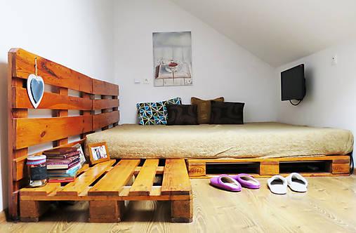 Paletová manželská posteľ