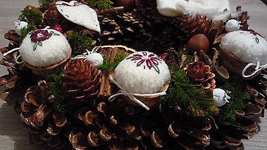 Dekorácie - Vianočný venček natur s orieškami - 8623547_