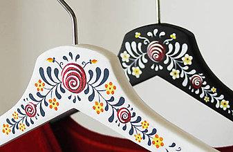 Nábytok - Sada maľovaných vešiakov (pre mladomanželov (+mená)) - 8633071_